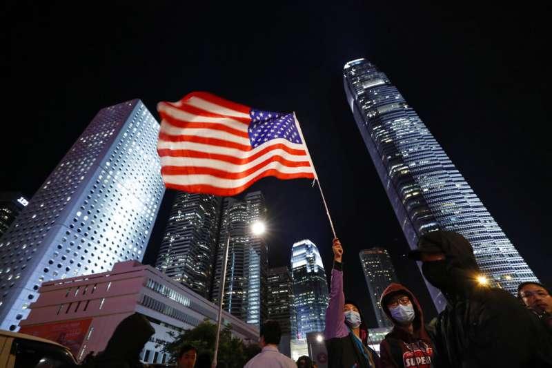 美國總統川普11月27日正式簽署《香港人權與民主法案》,讓支持「五大訴求」的反送中抗爭者上街遊行慶祝。(美聯社)