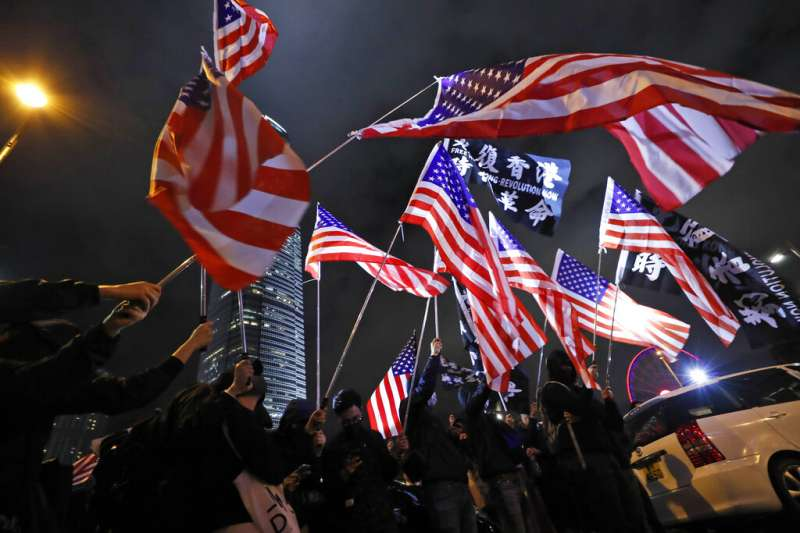美國總統川普27日正式簽署《香港人權與民主法案》,讓支持「五大訴求」的反送中抗爭者上街遊行慶祝。(美聯社)