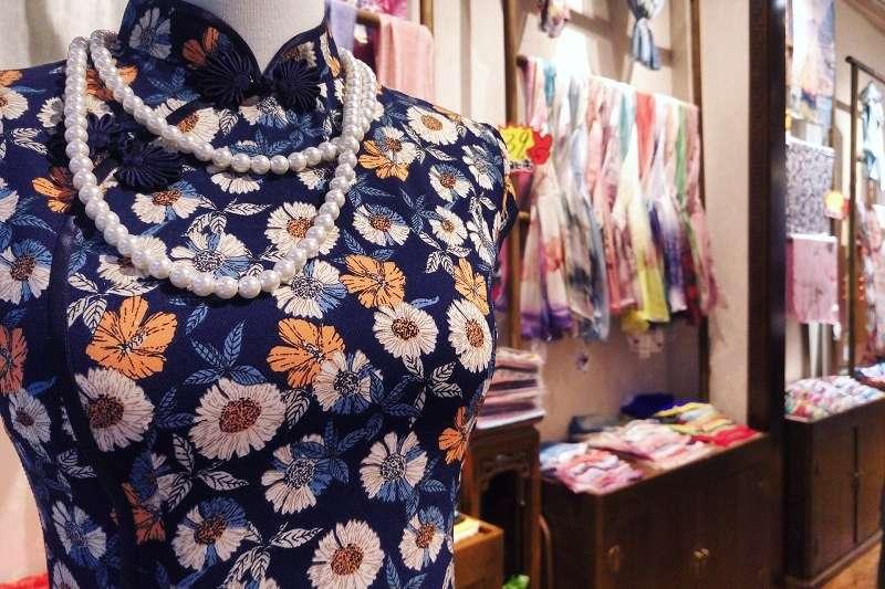 許多人以為「旗袍」是1949年之後撤退來台的國民政府與家眷帶來的,但其實旗袍在台灣出現時間比這更早,在日治時期就有了。(圖/pixabay)