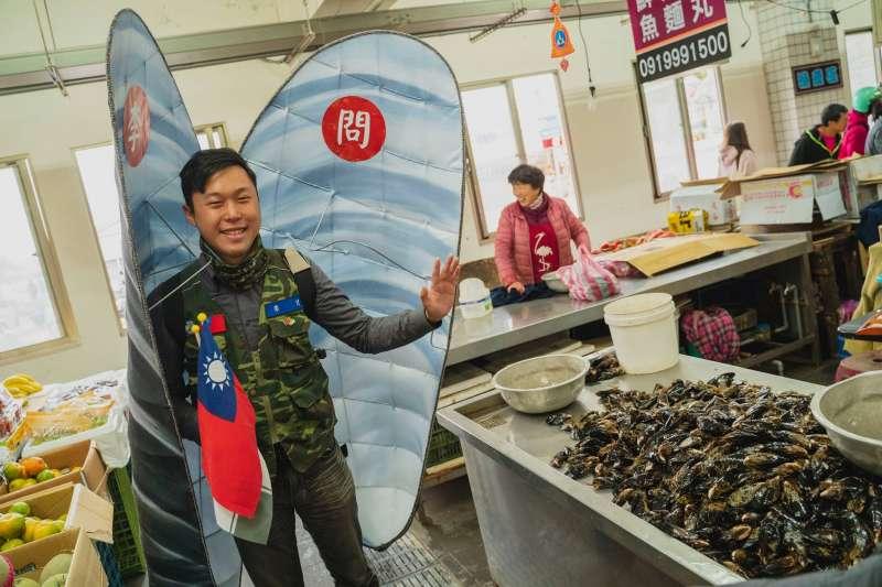 民進黨馬祖立委候選人李問近日打扮成當地名產「淡菜」,到市場掃街拜票。(取自李問臉書)