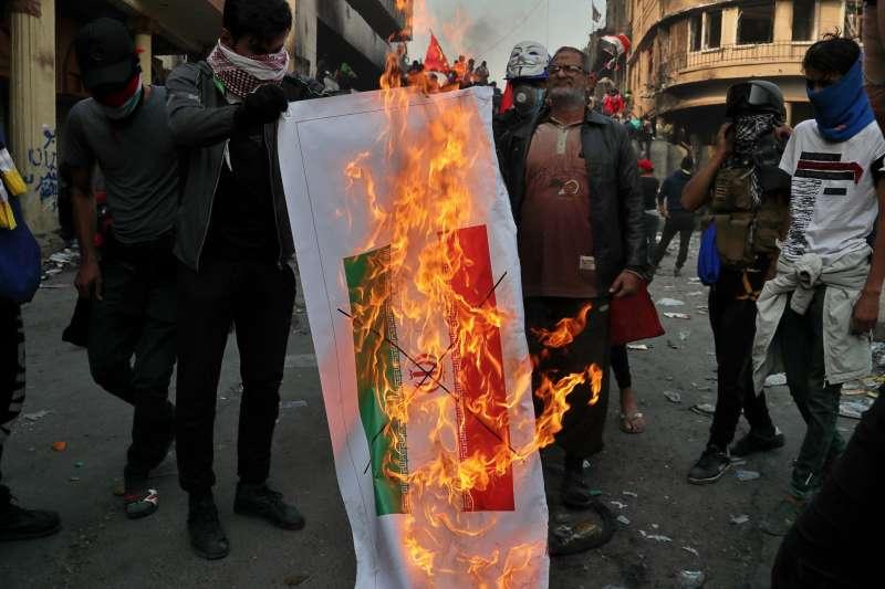 從2019年10月初開始,伊拉克爆發大規模示威抗議,伊朗也成為被抗議對象,群眾焚毀其國旗(AP)