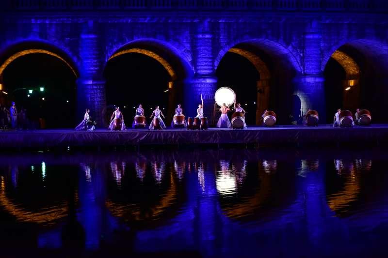 「優人神鼓」在東安古橋壓軸登場,氣勢磅礡震撼。(圖/新竹縣政府提供)