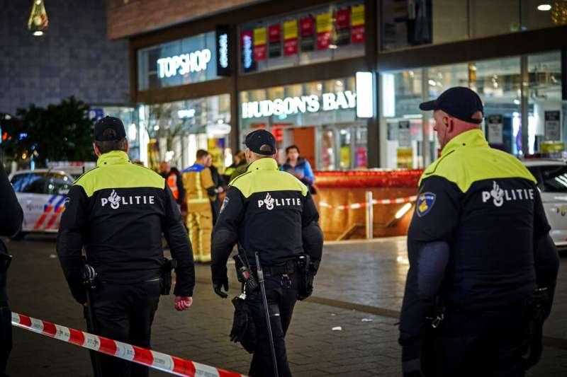 商店街傳出隨機傷人事件後,海牙警方隨即封鎖現場、進駐採證。(AP)