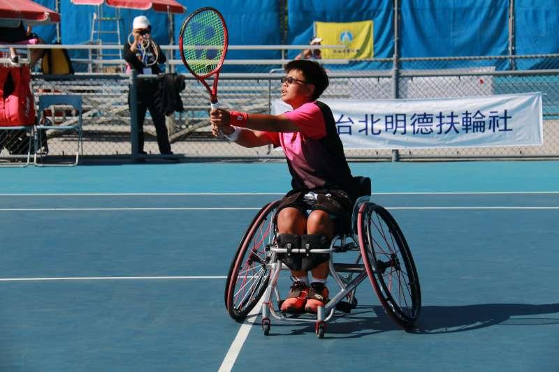 黃楚茵在明德快樂盃臺北國際輪椅網球公開賽,奪得公開組Quad賽事單打奪冠、雙打亞軍。 (主辦單位提供)
