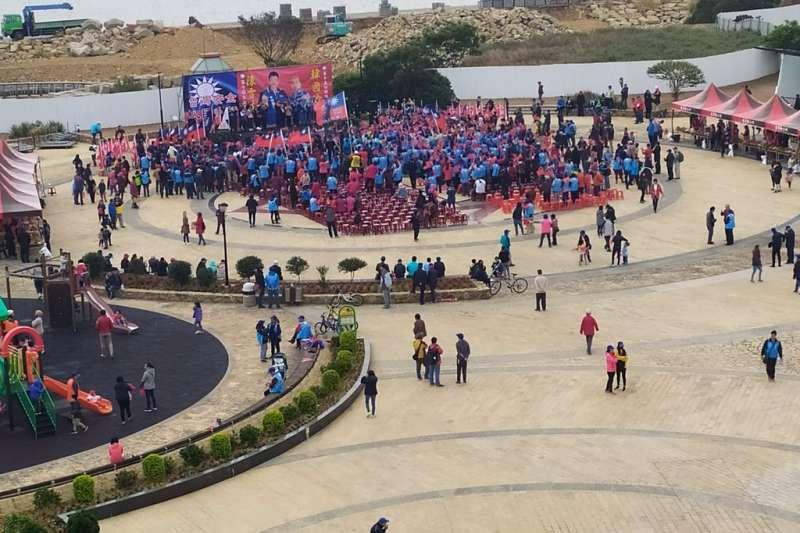 網紅四叉貓貼出國民黨總統候選人韓國瑜馬祖造勢現場照片,表示當天椅子數量大約僅有500多張,且照片中大多數為工作人員。(截圖自PTT)