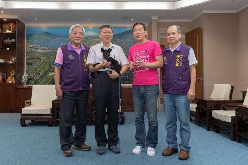 台北市長柯文哲(左二)5月時發布一張自己與小黑狗的ˊ合照,遭網軍攻擊,也引來柯粉反擊比對帳號,不但捉出網軍也意外查到「卡神」楊蕙如。(取自柯文哲臉書)