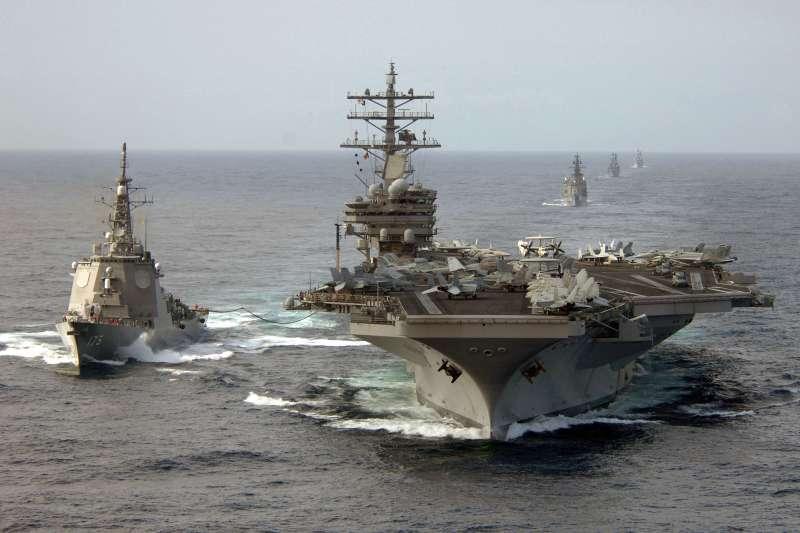 日本護衛艦「妙高號」與美軍航空母艦「雷根號」進行聯合演習。(維基百科/公用領域)