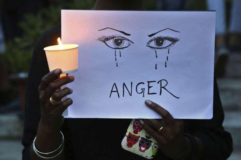 獸醫芮迪遇害後,印度多個城市舉辦燭光遊行紀念不幸受害的她。(AP)