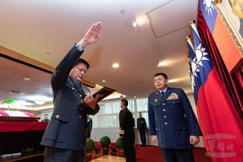 國防部總督察長2日舉行交接典禮,由陸軍副司令黃國明(左)中將接任。(取自軍聞社)