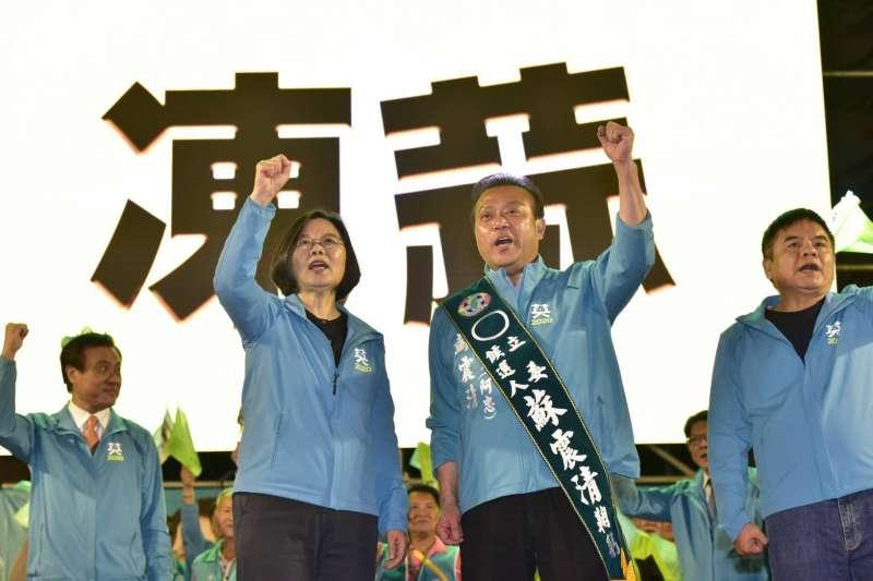 總統蔡英文(左)2日晚南下屏東東港,為黨內這次以無黨身分參選的英系綠委蘇震清(右)站台。(蔡競辦提供)