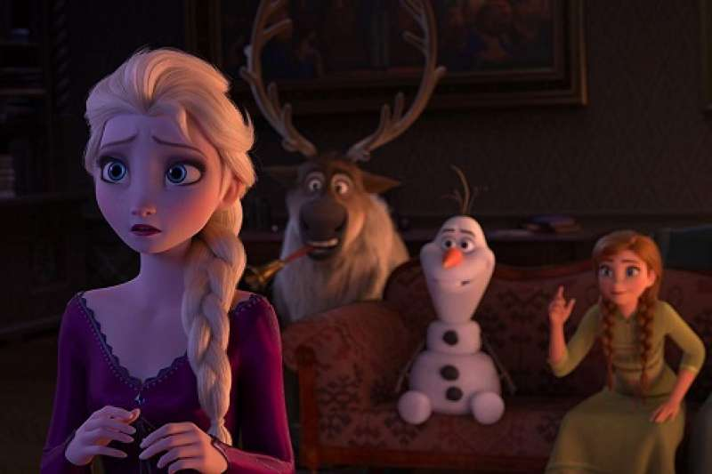 《冰雪奇緣》系列電影中最核心的價值之一莫過於 Anna 與 Elsa 之間的姐妹情了。(圖/imdb)