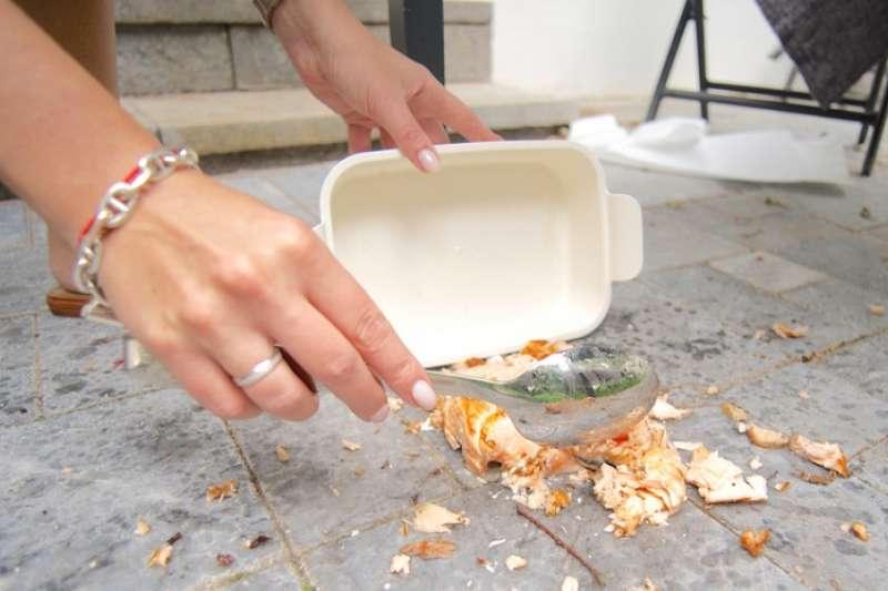 專家們認為五秒規則仍然有些風險...究竟食物掉到桌上或地上後,應該馬上撿起來吃,還是丟掉呢?(圖/Hello醫師)