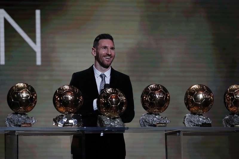 梅西第6度獲得金球獎殊榮,成為史上第一人,美國女足隊長拉皮諾則是生涯首度獲獎。 (美聯社)