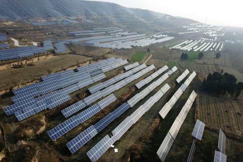 太陽能成為總統蔡英文能源轉型主力之一,設置量預估在5年後要達到20GW,但同時太陽能板的廢棄物處理,也成為外界關注焦點。(資料照,美聯社)