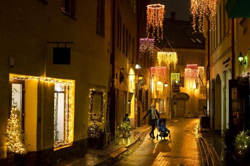 耶誕(聖誕)佳節腳步已近,立陶宛首都維爾紐斯街頭已是華燈初上。(美聯社)