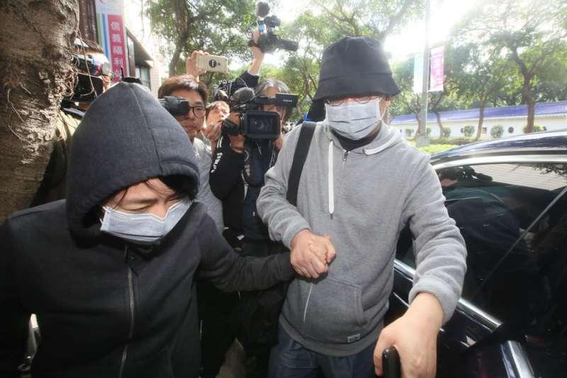 台北地院9日裁定對向心(戴口罩、穿灰衣者)限制出境、出海8個月。(資料照,柯承惠攝)