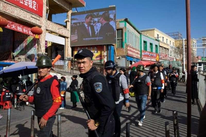 中國在新疆對於維吾爾人的控管更加嚴厲。(美聯社)