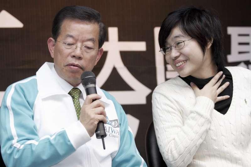 駐日代表謝長廷(左)2008年競選總統時,曾與「卡神」楊蕙如(右)合影。(新新聞林旻萱攝)