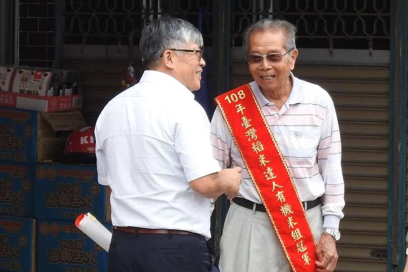 今年9月獲全國有機米王謝美國(右),日前再奪得日本金賞大獎。(圖/台東縣政府提供)