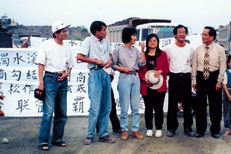 前雲林縣長蘇治芬於1997年和其民進黨同志共同聲援濁水溪農民抗爭。(資料照,取自蘇治芬臉書)