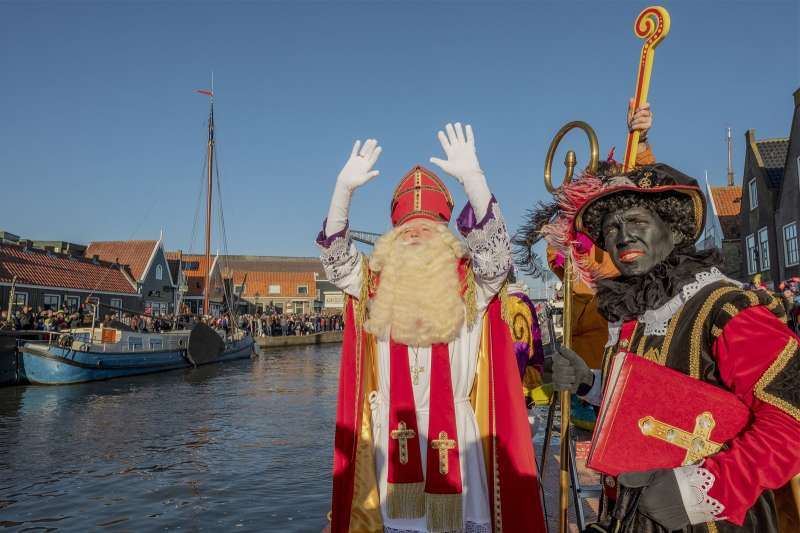 荷蘭傳說中聖尼古拉(耶誕老人)與幫手黑彼得(AP)