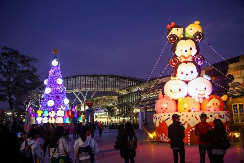 台中市府先在台中火車站附近廣場進行2019台中耶誕夢想世界的開幕試燈。(圖/臺中市政府提供)