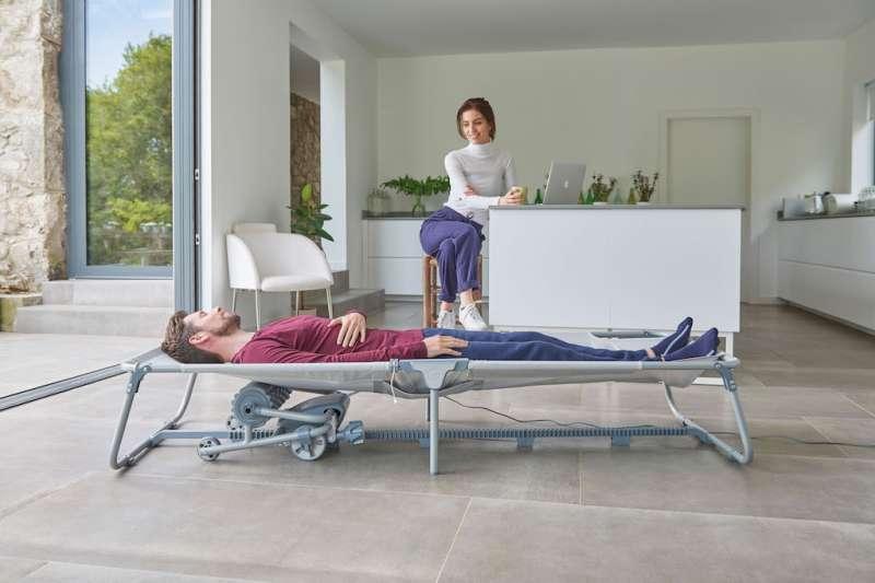 有了按摩床,在家裡就能享受按摩服務。(圖/匯聚科技提供)