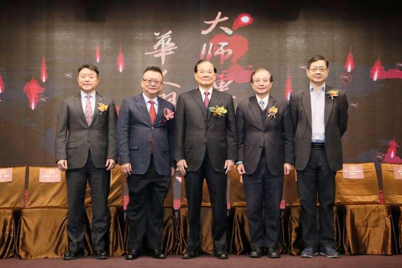 大師鏈4日於台北舉行國際記者會,國民黨榮譽主席連戰(中)出席參加。左二為大師鏈創辦人莊立平。(圖/兩岸和平發展基金會提供)