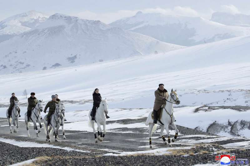 北韓領導人金正恩與夫人李雪主及軍方官員騎馬登白頭山(AP)