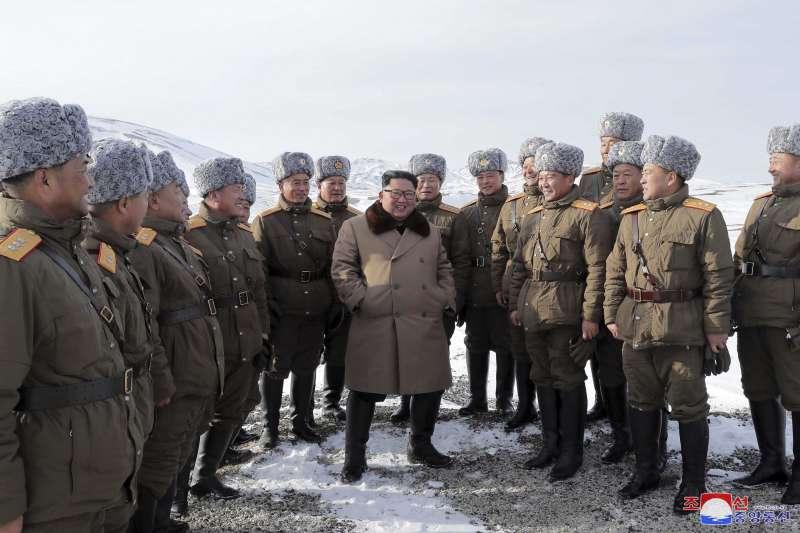 北韓領導人金正恩與軍方官員登白頭山(AP)