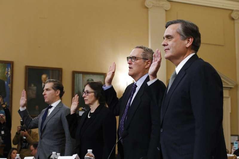4日現身眾院司法委員會聽證會的四位專家證人(由左到右):、哈佛法學院教授費德曼、史丹佛法學院教授卡蘭、北卡羅來納法學教授葛哈特、喬治華盛頓法學院教授杜利。(美聯社)