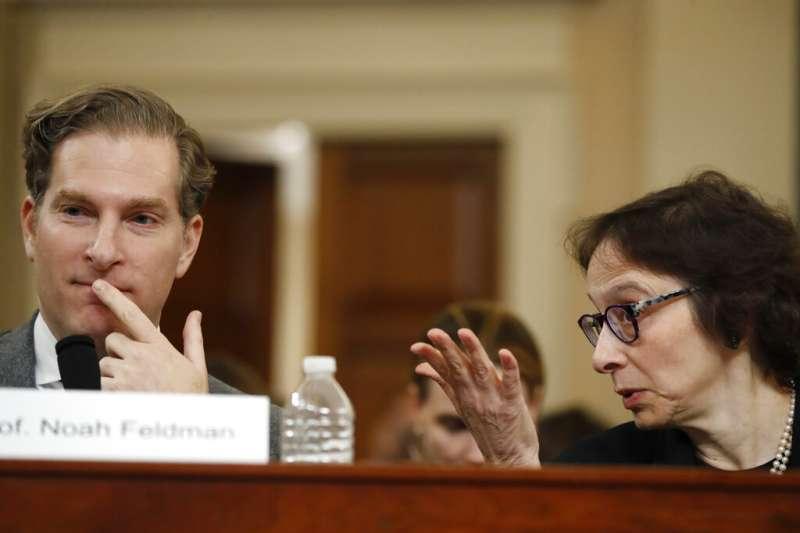 史丹佛大學法學院教授卡蘭(Pamela Karlan,右)、哈佛大學法學院教授費德曼(Noah Feldman)。(美聯社)