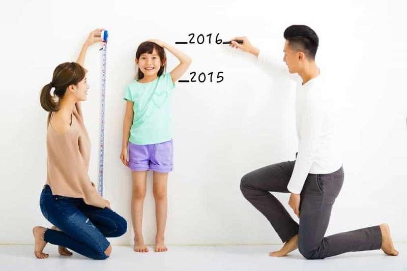 基因是影響小孩身高的最重要影響因素之一,例如父母若矮,小孩通常也不高。(圖/Hello醫師)