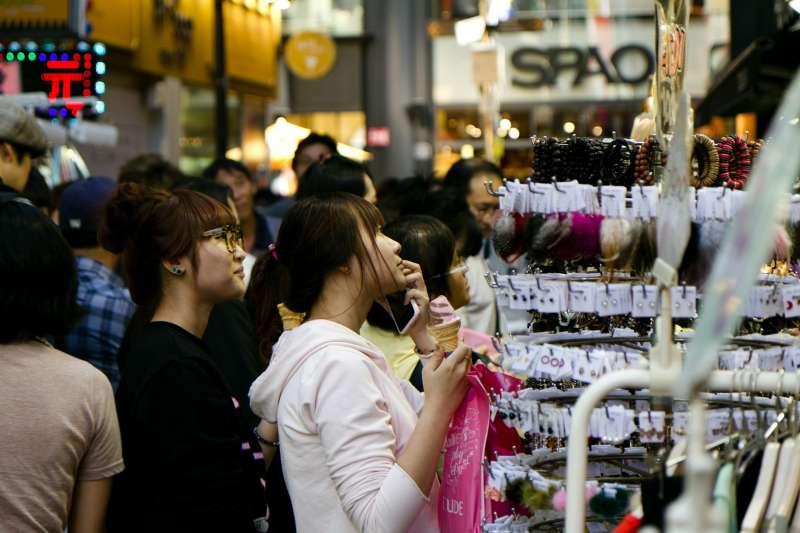南韓20多歲未婚青年希望的幸福是什麼呢?調查結果顯示,對於構成幸福的要素,受訪者選擇最多的是「經濟能力」、「家人」和「興趣」。(示意圖非本人/ tragrpx@pixabay)