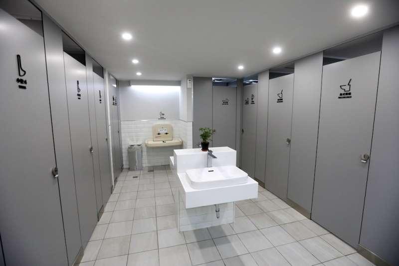 新北市民廣場東側甫改建完成的友善公廁,讓使用者宛如置身高級飯店。  (圖/新北市新聞局提供)