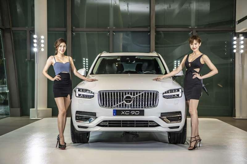 VOLVO 2020 世界新車大展攜手凱渥名模吳采臻(左)、鄒寧恩(右)詮釋源自斯堪地那維亞的北歐奢華與大器丰采。(圖/國際富豪汽車提供)