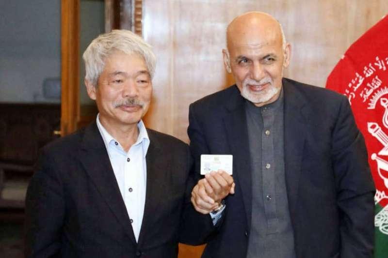 日本醫師中村哲生前與阿富汗總統賈尼合影。(阿富汗駐日大使館官網)
