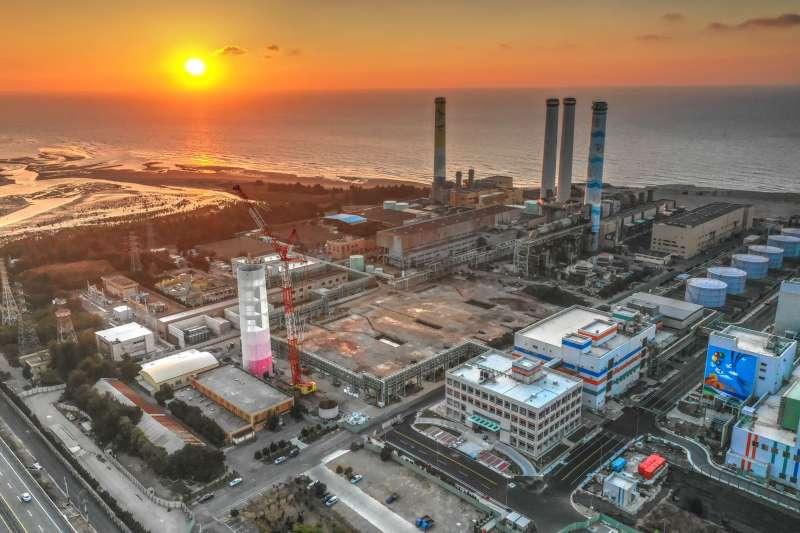 20191205-寶島照相館負責人張文煥平時就會用相機記錄在地美景,圖為改建中的通霄火力發電廠。(張文煥提供)