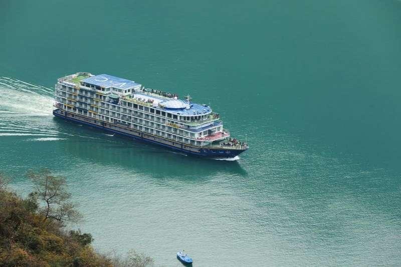 一艘客輪行駛在重慶巫山縣境內的長江三峽巫峽段。(新華社)