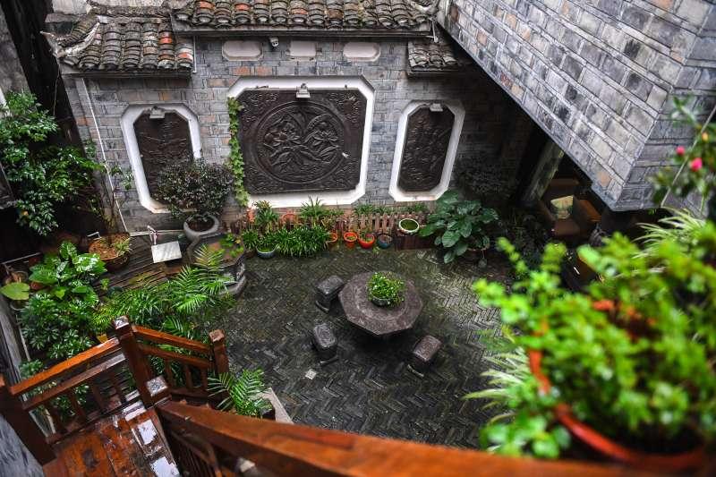 湖南湘西花垣縣邊城鎮陳設古樸的特色民宿。(新華社)