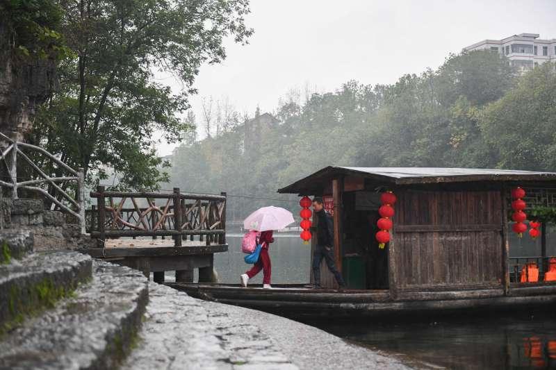 在湖南湘西花垣縣邊城鎮,人們乘坐渡船出行。(新華社)