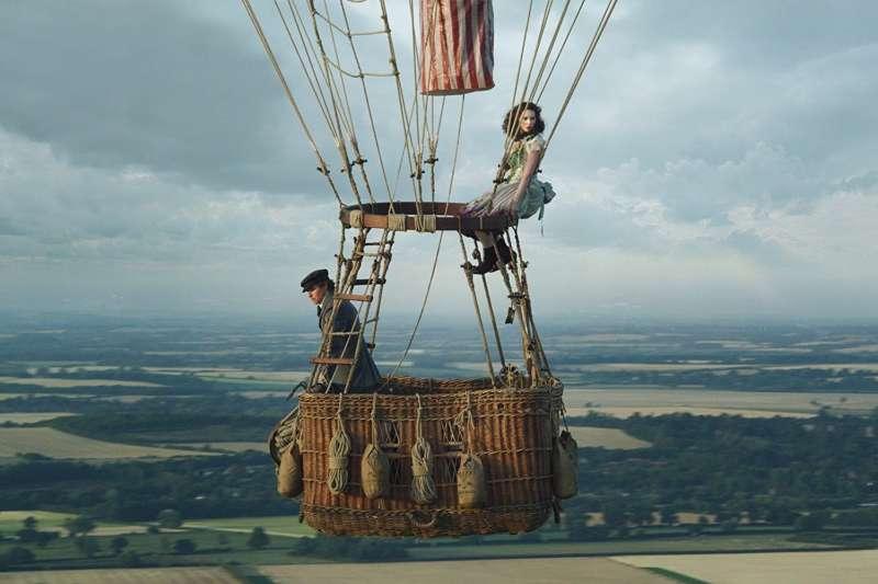 冒險傳記電影《熱氣球飛行家》改編自真人真事,並由艾迪.瑞德曼及費莉絲蒂.瓊斯(Felicity Jones)聯手演出。(圖/取自IMDb)