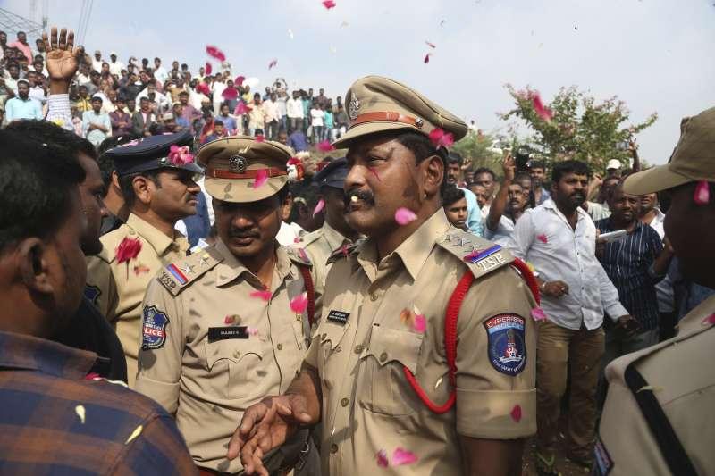 印度26歲女獸醫芮迪遭4名男子性侵並放火殺害,警方帶著4名嫌犯回到事發地點,竟當場將他們擊斃,圖為群眾為警方吶喊叫好。(AP)