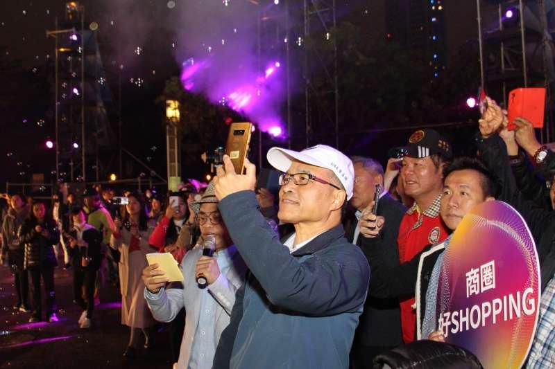高雄代市長葉匡時面對光彩奪目的燈海,興奮的拿出手機記錄著歷史一刻(圖/徐炳文攝)