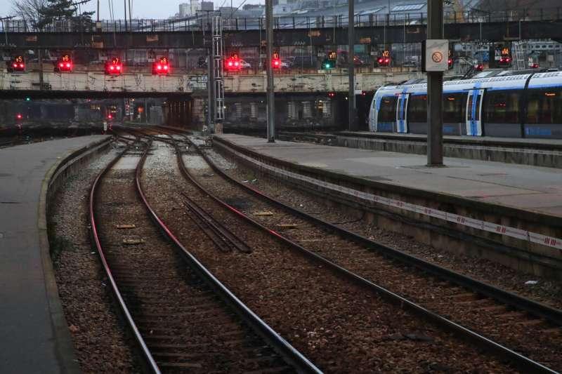 法國12月5日舉行罷工抗爭,由於列車停駛,許多車站都人煙稀疏。(美聯社)