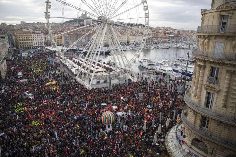 法國12月5日舉行罷工抗爭,馬賽老港也擠滿示威的人潮。(美聯社)