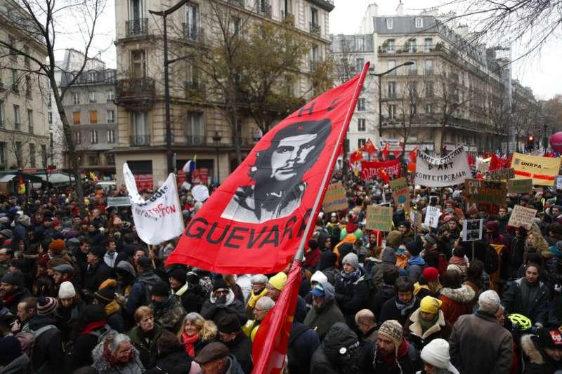 法國12月5日舉行罷工抗爭,巴黎街頭擠滿抗議人群。(美聯社)
