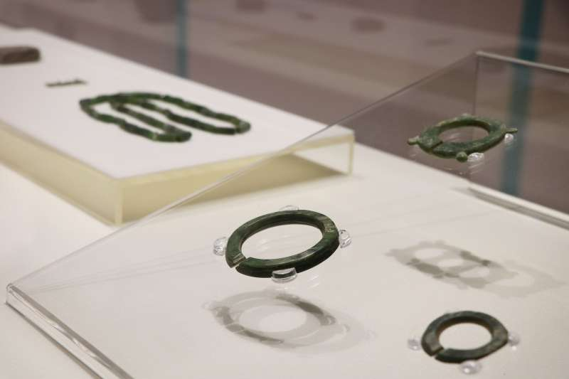 「海上瑰寶-臺灣古代海路交流特展」展出東南亞地區常見的玉管珠等外銷玉器。  (圖/新北市十三行博物館提供)