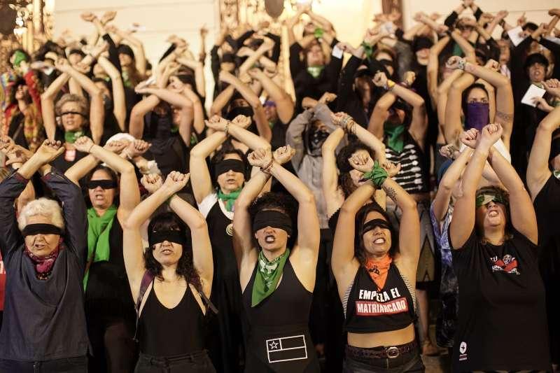 智利示威,示威歌曲〈強暴犯就在路上〉傳遍拉丁美洲,抗議父權文化漠視性暴力。(AP)