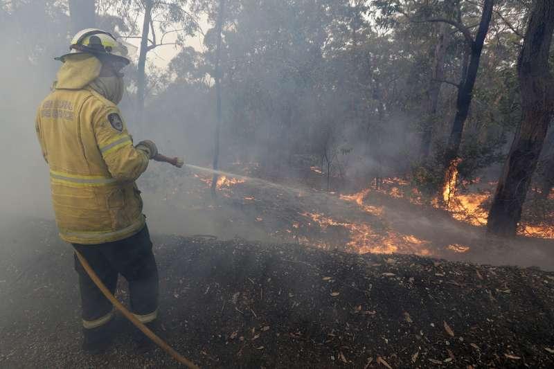 12月7日,澳洲雪梨西南部的納泰(Nattai )一處火災,消防人員正在滅火(美聯社)